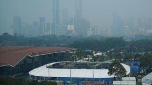 Khói cháy rừng bao phủ Melbourne Park, nơi diễn ra giải quần vợt Úc mở rộng 2020.