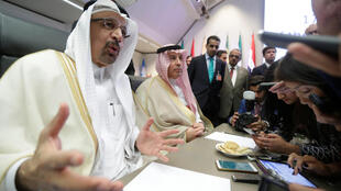 រដ្ឋមន្រ្តីថាមពលអារ៉ាប៊ី សាអូឌីត លោក Khalid al-Falih និយាយទៅកាន់អ្នកកាសែតនៅមុនការបើកកិច្ចប្រជុំ OPEC នៅទីក្រុងវីយ៉ែន ថ្ងៃទី ២២ មិថុនា ២០១៨