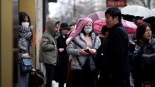 Turistas chineses passeiam na região das Galeries Lafayette, no centro de Paris.