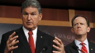 Os senadores americanos Pat Toomey (esquerda) e Joe Manchin durante o anúncio do compromisso sobre as armas nesta quarta-feira em Washington, Estados Unidos.