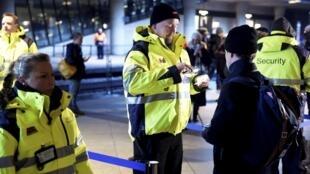 Nhân viên an ninh Đan Mạch kiểm tra giấy tờ của hành khách tại nhà ga Kastrups, Copenhagen 05/01/2016.