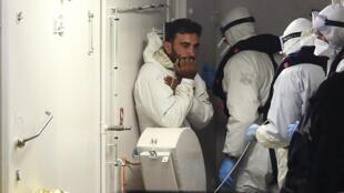 Após o naufragio de um barco com 700 pessoas a bordo, 28 foram resgatadas com vida por um navio cargueiro.