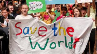 Durante manifestação em Bonn, na Alemanha, crianças pedem mais empenho dos governos para salvar o planeta.