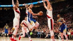 Los Golden State Warriors  y los Portland Trail Blazers se enfrentan en la final de la conferencia oeste de la NBA en 2019.