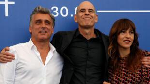 Une partie de l'équipe du film Foxtrot au 74e Festival de Venise, le 2 septembre 2017. Le réalisateur Samuel Maoz entre les acteurs Lior Ashkenazi et Sara Adler.