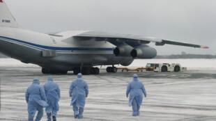 俄羅斯從武漢撤僑時醫護人員走向軍機,2020年2月5日。