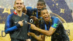 Antoine Griezmann, Paul Pogba et Kylian Mbappé après avoir remporté la Coupe du Monde.