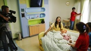 Phụ nữ Thái sinh con hộ cho một cặp vợ chồng Úc : một trong hai đứa bé bị bỏ rơi do có chứng Down - REUTERS /Damir Sagolj