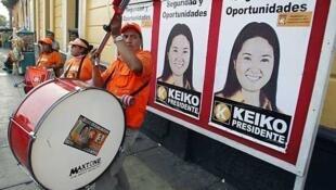 Simpatizantes de Keiko Fujimori esperan a su candidata antes de un encuentro con jóvenes miembros de su partido.