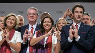 La délégation française lors de l'assignation des deux villes hôtes de 2024 et 2028 à Lima.
