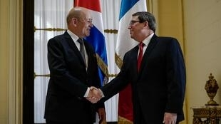 French Foreign Minister Jean-Yves Le Drian (L) shakes hands with his Cuban counterpart Bruno Rodriguez (R) at the Foreign Ministry in Havana on July 28, 2018.