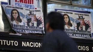 Un hombre en Buenos Aires pasa frente a afiches hostiles a Estados Unidos, cerca del Congreso, el 10 de septiembre de 2014.