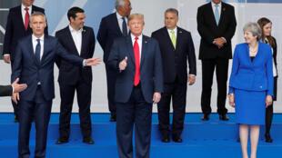 Tổng thống Donald Trump (giữa) chụp ảnh trước khi khai mạc thượng đỉnh NATO, ngày 11/07/2018 tại Bruxelles.