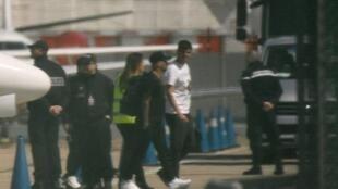 Jogador Neymar desembarca no aeroporto de Bourget, perto de Paris, e volta ao Paris Saint-Germain. 04/05/18