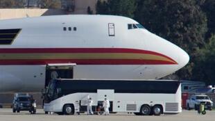 Un avion affrété par le département d'État américain pour évacuer les employés du gouvernement et d'autres Américains de la ville de Wuhan, à son arrivée à Riverside, en Californie.