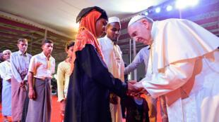 Giáo hoàng Phanxicô gặp một nhóm người tị nạn Rohingya tại hội nghị liên tôn giáo, Dacca, Bangladesh, ngày 01/12/2017