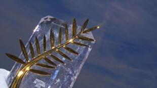 """Giải thưởng """"Cành Cọ Vàng"""" được công ty Chopard giới thiệu tại Liên Hoan Phim Cannes năm 2015."""