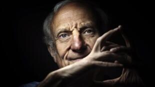 Photographie portrait de l'écrivain et journaliste Jean Hatzfeld.