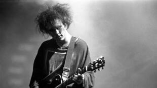 Robert Smith (The Cure) en concert, en 1995.