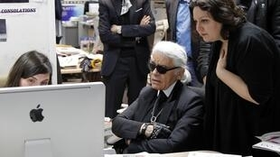 O estilista alemão sediado em Paris Karl Lagerfeld lança novo site de compras online.