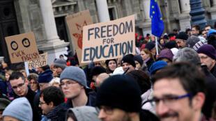 Ngưởi biểu tình ủng hộ Quỹ Soros, Đại Học Trung Âu tại Budapest, Hungary, ngày 24/11/2018.