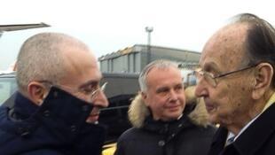 L'ex-chef de la diplomatie allemande (D) accueille Mikhaïl Khodorkovski (G) à Berlin, le 20 décembre 2013.