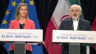 Ministro iraní de Asuntos extranjeros Mohammad Javad Zarif  y la responsable de la diplomacioa europea  Federica Mogherini, oficializan acuerdo en Viena , el  14  de julio 2015juillet 2015.