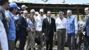 François Hollande y Juan Manuel Santos en la Zona Veredal Transitorial de Normalización en la localidad de Caldono, este 24 de enero de 2017.