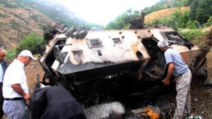 Moradores procurarm corpos de soldados mortos na explosão de um veículo militar em Daglica, sul da Turquia, em  7 de setembro de 2015.