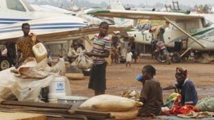 Refugiados do campo de Mpoko, no aeroporto de Bangui , no ano passado.
