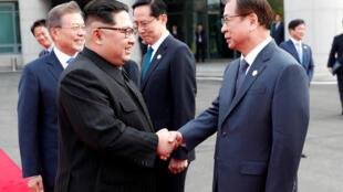 Lãnh đạo Bắc Triều Tiên Kim Jong Un (T) bắt tay ông Suh-hoon, lãnh đạo cơ quan tình báo quốc gia Hàn Quốc (NIS), Bàn Môn Điếm, ngày 27/04/2018