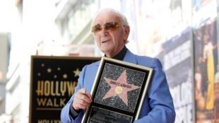 شارل آزناوور همراه با ستارۀ همنامش در هالیوود بولوار – لسانجلس، تابستان ٢٠١٧