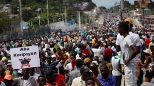 Des milliers de personnes ont à nouveau défilé dans les rues de Port-au-Prince, en Haïti, pour demander la démission du président Moïse et, comme sur ce panneau, la fin de la corruption, le 20 octobre 2019.