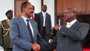 Le président érythréen Issaias Afeworki (g) rencontre le président ougandais Yoweri Museveni, à Entebbe, en Ouganda, le 16 août 2011.
