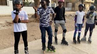 Babacar Ndiaye, dit «Babaroller», forme la jeune génération à la pratique du roller en ville, sur ce terrain de Basket à Dakar.