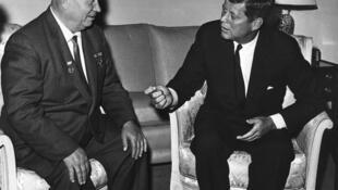 Nikita Khrushchev (T) và John F. Kennedy (P), tại Vienna, tháng 06/1961.