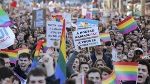 Thousands of people have taken to the streets of Paris to demand gay marriage rights.