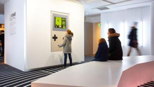 A la Fondation EDF, les visiteurs retrouvent le plaisir de jouer à des jeux anciens, comme Tetris (1989)… ou plus vieux encore.