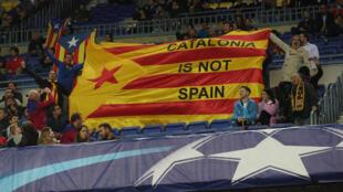 Cổ động viên của Barca giương cờ đòi độc lập trên sân Camp Nou, trong trận FC Barcelona & Olympiacos tại Giải Vô Địch Tây Ban Nha, ngày 18/10/2017.