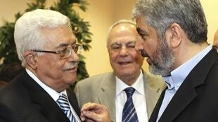 Mahmud Abbas (L) and Khaled Meshaal (R)