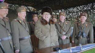 Le numéro un nord-coréen Kim Jong-un,  entourant d'officiers, dans cette photo rendue publique par le régime en mars 2016.