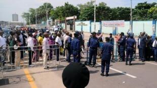 Les policiers bloquent l'entrée de la Gombe durant le confinement total de la commune à Kinshasa, le lundi 6 avril.