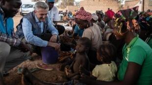 Filippo Grandi, le Commissaire du HCR, s'entretient avec des femmes et des enfants dans un quartier qui accueille des personnes déplacées du nord du Burkina Faso à Kaya, le 2 février 2020.