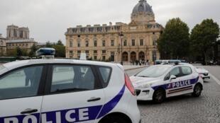 Глава полиции Парижа не исключают ни одну из версий нападения в префектуре, в результате которого были убиты четыре человека