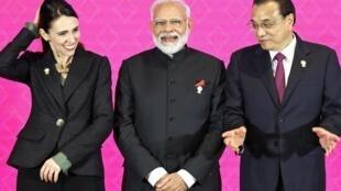 Thủ tướng Ấn Độ Narendra Modi (G) và các đồng nhiệm Jacinda Ardern (New Zealand), Lý Khắc Cường (Trung Quốc) tại hội nghị RCEP ở Bangkok, ngày 04/11/2019.