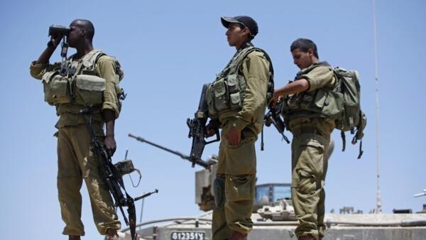 Militares isralenses fiscalizam fronteira com o Egito