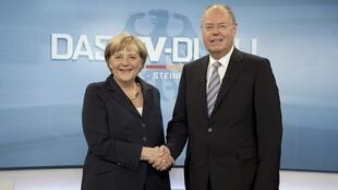 """As primeiras pesquisas indicaram um """"empate técnico"""" após o duelo televisivo que ocorreu no domingo, entre a entre a chanceler Angela Merkel e seu rival nas urnas, Peter Steinbruck."""