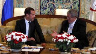 Le Premier ministre algérien Ahmed Ouyahia (d) et son homologue russe Dimitri Medvedev le 9 octobre 2017 à Alger.