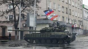 Na Ucrânia os combates intensificaram-se neste domingo(1) no leste do país o objetivo é manter o controle da cidade estratégica de Debaltseve, onde o exército ucraniano procura afastar os separatistas pró-russos.