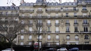 Cette photo prise en février 2012 sur l'avenue Foch à Paris montre un camion à l'entrée de la résidence parisienne du fils du président équato-guinéen Teodoro Obiang, fouillée par la police française dans le cadre d'une enquête pour corruption.
